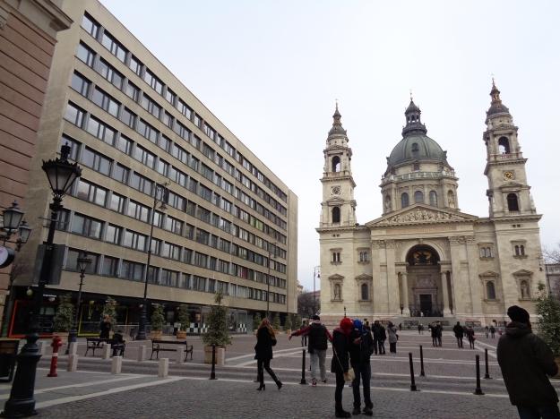Stili diversi a confronto. Il nostro appartamento si trovava proprio in quel palazzo, a fianco alla Basilica di S. Stefano!